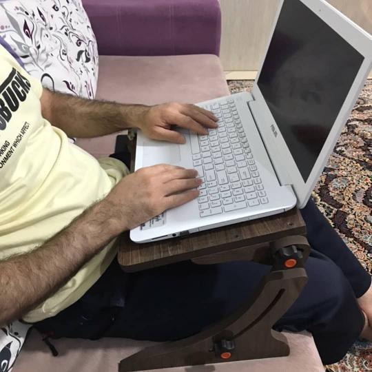 میز لپ تاپ نشسته